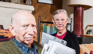 Elderly Husband and Wife with Newspaperの写真素材 [FYI00764270]