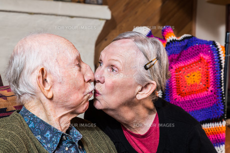 Elderly Couple Kissingの写真素材 [FYI00764281]
