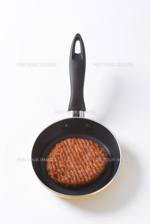 Beef burger patty in panの素材 [FYI00764309]