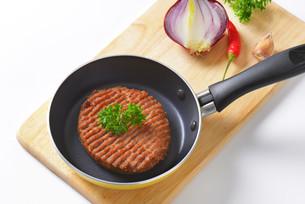 Beef burger patty in panの素材 [FYI00764314]