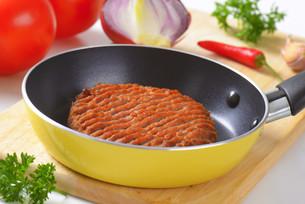 Beef burger patty in panの素材 [FYI00764318]