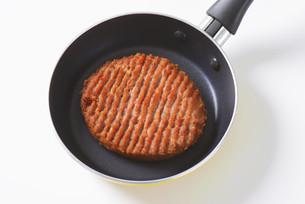 Beef burger patty in panの素材 [FYI00764319]