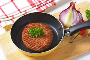 Beef burger patty in panの素材 [FYI00764321]