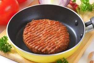 Beef burger patty in panの素材 [FYI00764322]