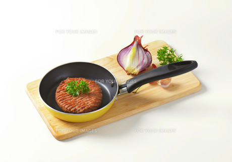 Beef burger patty in panの素材 [FYI00764324]