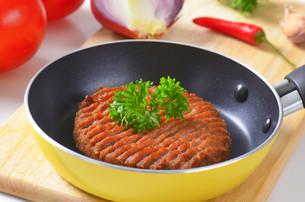 Beef burger patty in panの素材 [FYI00764331]