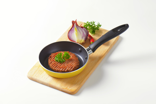 Beef burger patty in panの素材 [FYI00764334]