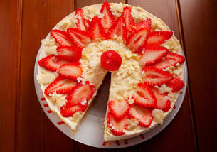Cheesecake with strawberries,Cheesecake with strawberries,Cheesecake with strawberries,Cheesecake with strawberriesの写真素材 [FYI00764421]