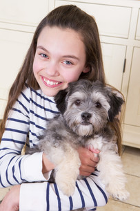 Young girl with Puppyの写真素材 [FYI00764547]