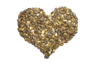 Pumpkin seeds in a heart shapeの写真素材 [FYI00764558]