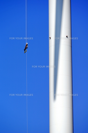 Brave Worker to rope down on a wind turbineの写真素材 [FYI00764576]
