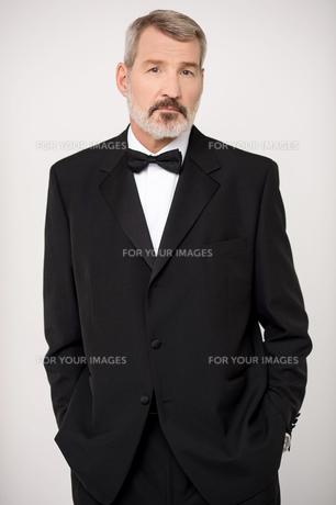 Elderly man in elegant dark formalの写真素材 [FYI00764607]