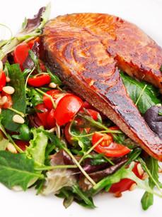 Baked salmon with fresh saladの写真素材 [FYI00764746]