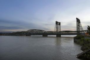 Interstate Bridge Over Columbia River at Duskの写真素材 [FYI00764933]