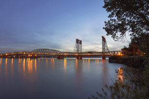 Interstate Bridge Over Columbia River After Sunsetの写真素材 [FYI00764936]