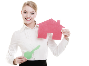 business woman real estate agent holding red paper house keyの写真素材 [FYI00764993]