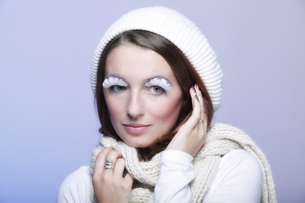 winter fashion woman warm clothing creative makeupの写真素材 [FYI00765072]