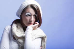 winter fashion woman warm clothing creative makeupの写真素材 [FYI00765074]