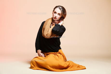 fall. fashion woman in autumn color fresh girl in full length orange long false eye-lashesの素材 [FYI00765088]