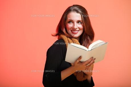 fall. fashion woman in autumn color fresh girl in full length long false orange eye-lashesの素材 [FYI00765097]