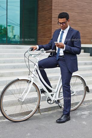 Businessman on bicycleの素材 [FYI00765098]
