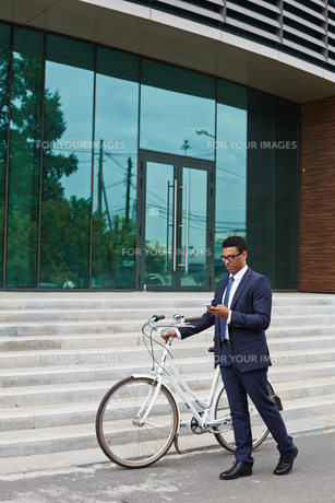 Man with bicycle and cellphoneの素材 [FYI00765113]