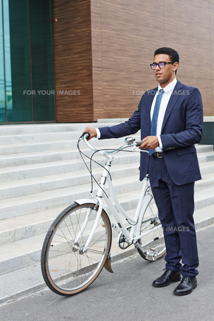 Agent with bicycleの写真素材 [FYI00765122]