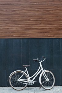 Bicycle against wallの素材 [FYI00765124]