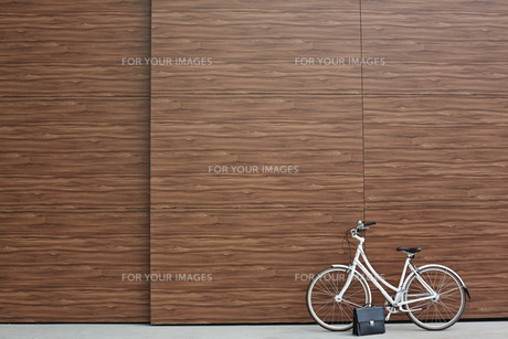 Bicycle and briefcaseの素材 [FYI00765129]
