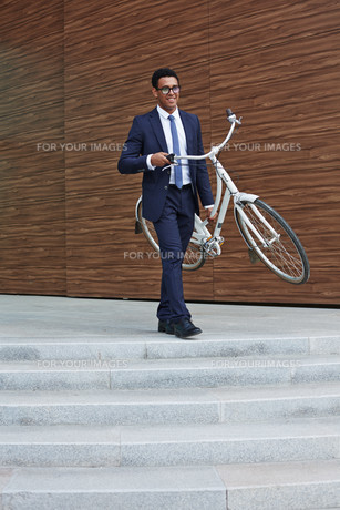 Businessman carrying bicycleの素材 [FYI00765141]