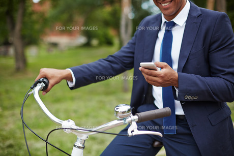 Man with cellphone and bicycleの素材 [FYI00765144]