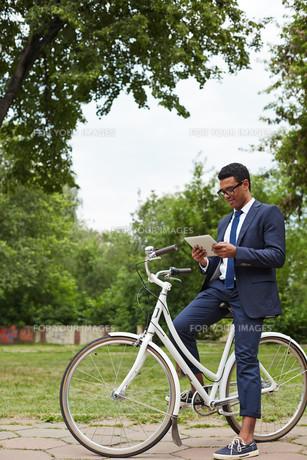 Networking on bicycleの素材 [FYI00765145]