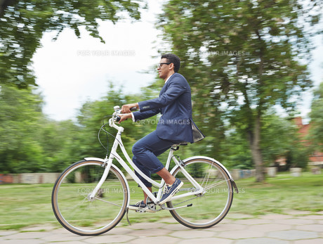 Riding bicycle in parkの写真素材 [FYI00765152]