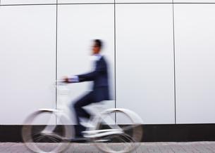Businessman riding bicycleの素材 [FYI00765159]