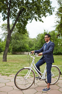 Agent on bicycle in parkの写真素材 [FYI00765162]