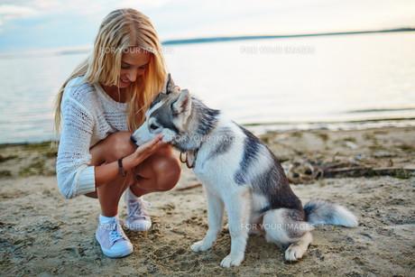 Girl and her petの素材 [FYI00765207]