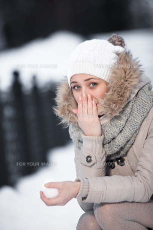 beauty girl on the winter backgroundの写真素材 [FYI00765332]