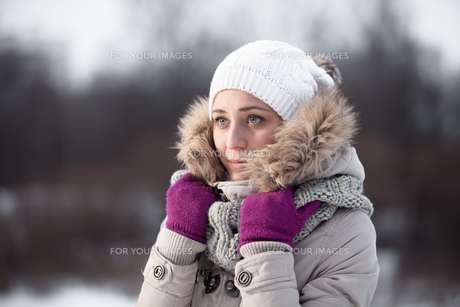 beautiful winter woman playing with snow. Sunny weather. French style. Outdoor shot.の写真素材 [FYI00765342]