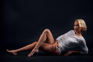 Fashion photo of beauty woman on dark backgroundの写真素材 [FYI00765344]