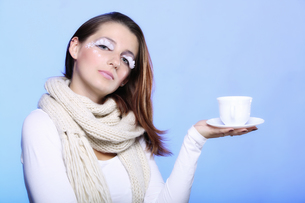 winter makeup woman with cup of hot bevergeの写真素材 [FYI00765367]