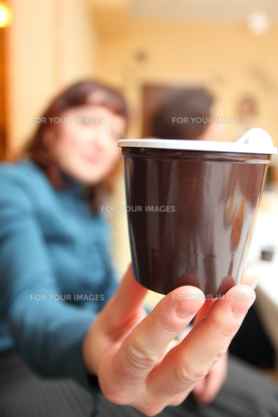 woman's hand with plastic cup of coffeeの素材 [FYI00765504]