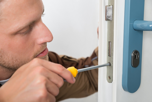 Carpenter Repairing Door Lockの写真素材 [FYI00765539]