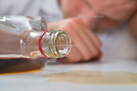 Drunk Man With A Bottle Of Liquorの素材 [FYI00765546]