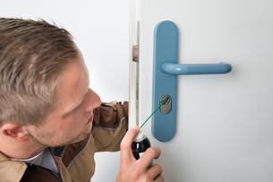 Male Carpenter Lubricating Doorの写真素材 [FYI00765547]