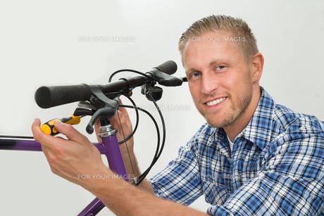 Man Repairing Bicycle Handlebarの素材 [FYI00765548]