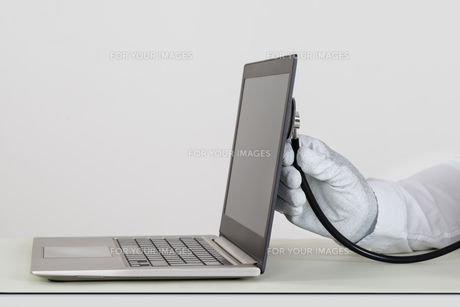 Person Hands Checking Laptop With Stethoscopeの写真素材 [FYI00765565]