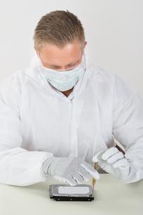 Man Wearing Mask And Glove Repairing Harddiskの写真素材 [FYI00765572]