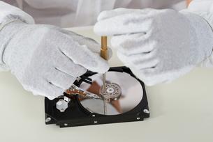 Person Repairing Harddisk Using Screwdriverの写真素材 [FYI00765575]