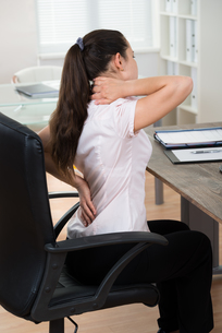 Businesswoman Having Backpain In Officeの写真素材 [FYI00765605]