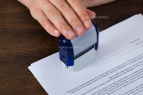 Person Hands Stamping Documentの写真素材 [FYI00765608]